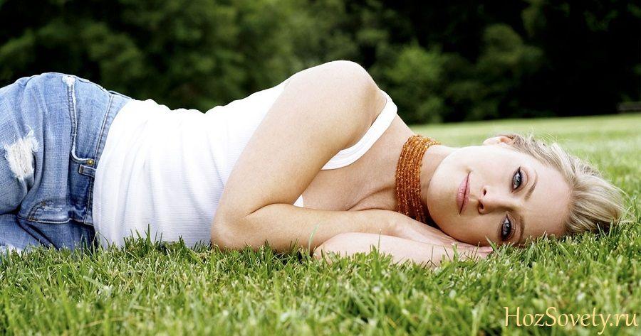 девушка в джинсах на траве