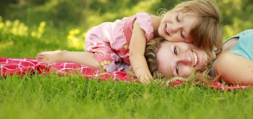 мама с дочкой лежат на траве